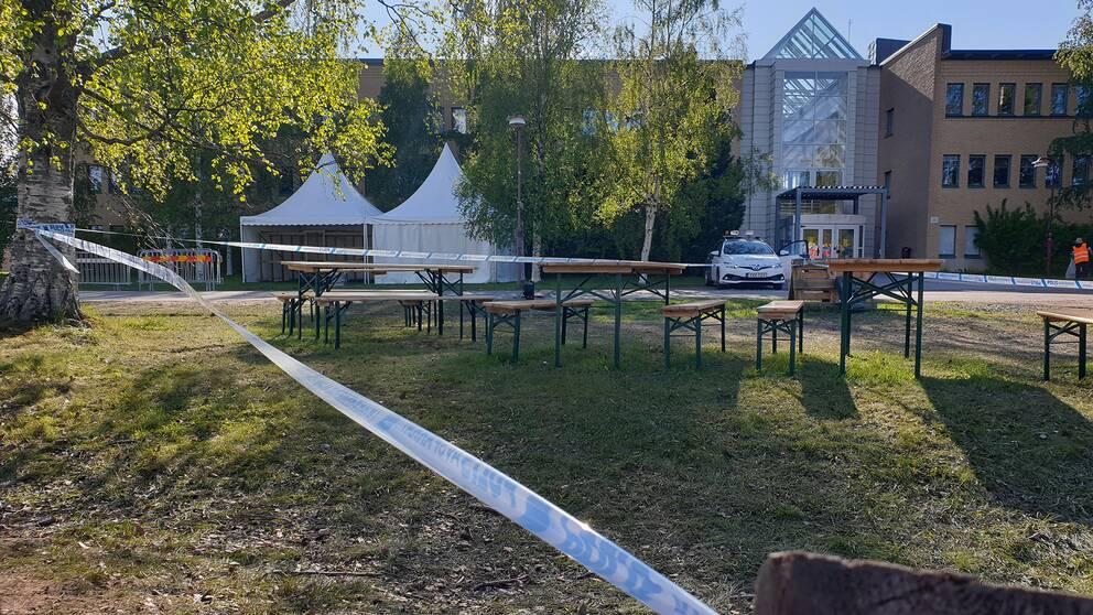 polistejp på campusområdet i Umeå, bänkar och partytält står kvar