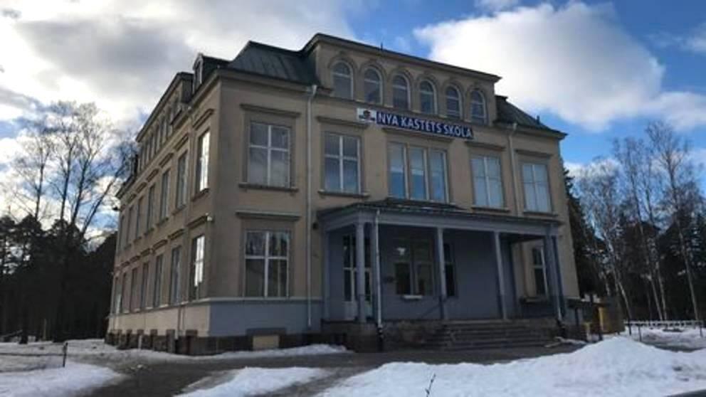 exteriörbild över Nya kastets skola i Gävle, ett äldre stenhus