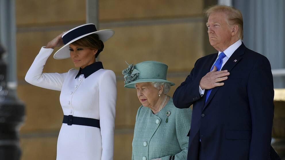 Storbritanniens drottning Elizabeth tillsammans med president Trump och hans hustru Melania under välkomstceremonin i Buckingham Palaces trädgård.