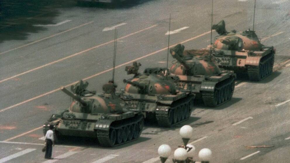 En kinesisk man blockerar vägen för en rad tankfordon på väg österut på Peking Cangan Blvd Den 5 juni 1989. Mannen demonstrerar mot de blodiga attackerna på pro-demokratiska demonstranter på Himmelska Fridens torg i Peking.
