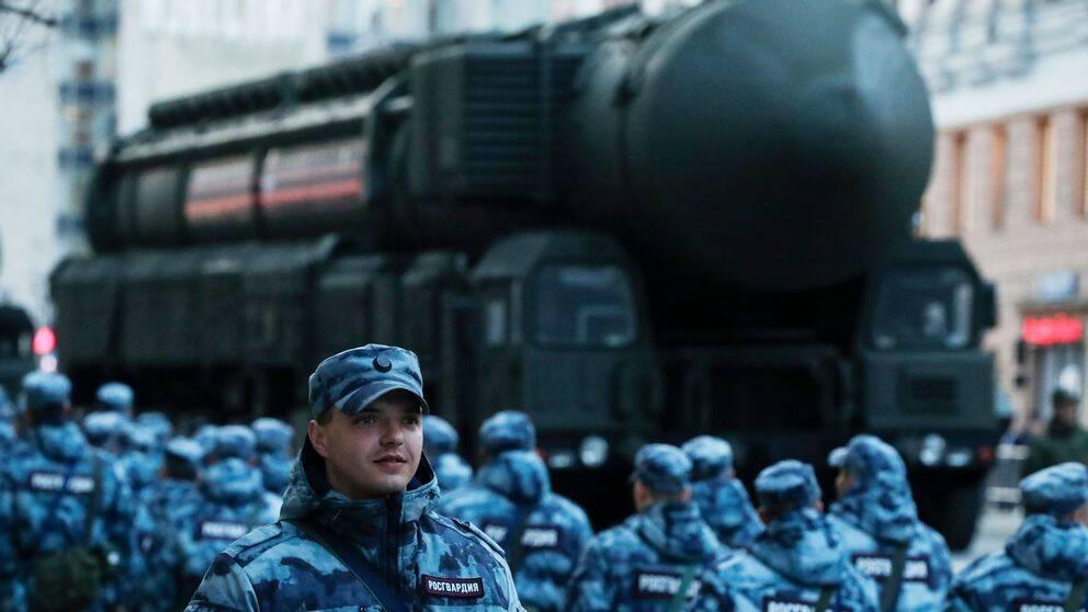 En rysk Topol-M interkontinental ballistisk robot inför en militärparad vid Kreml i Moskva den 9 maj 2019.