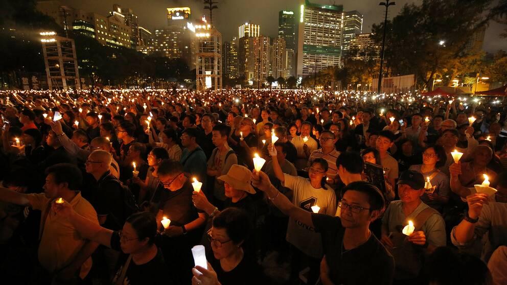 Tusentals personer i ljusmanifestationen i Hongkong.