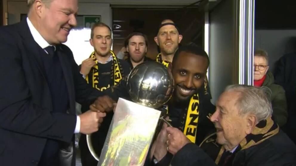 Lennart Johansson fick dela ut sin egen pokal till AIK.