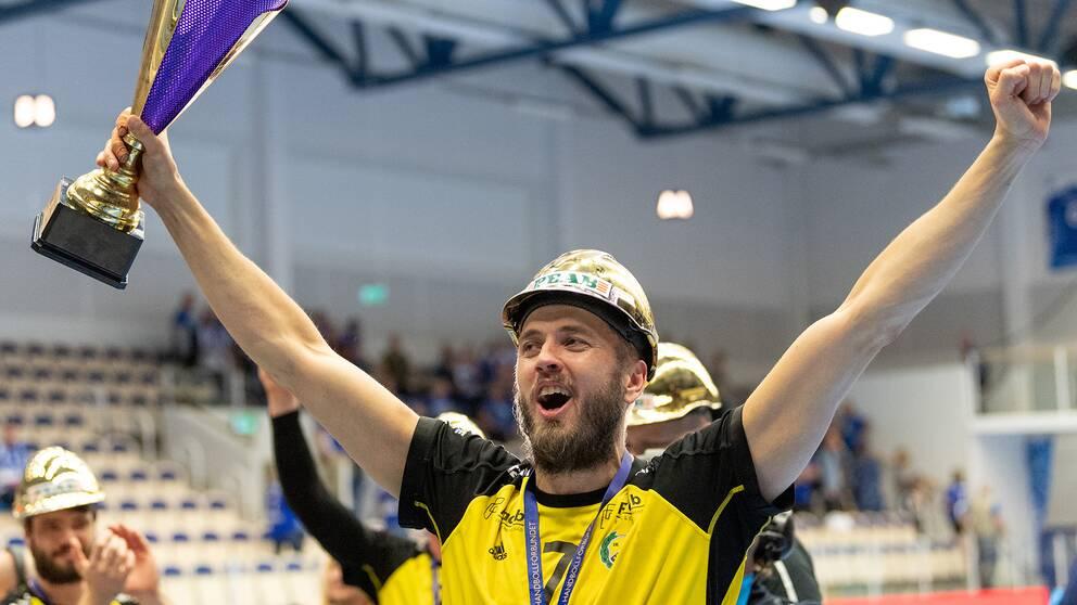 Jonas Larholm blir spelande tränare nästa säsong.