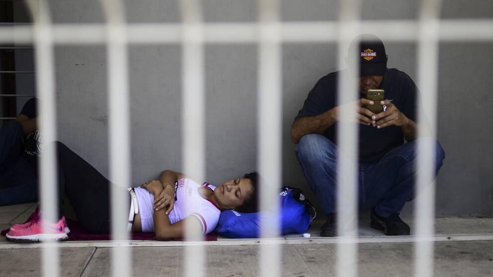 Migranter från Centralamerika väntar vid gränsen mellan Mexiko och Guatemala.