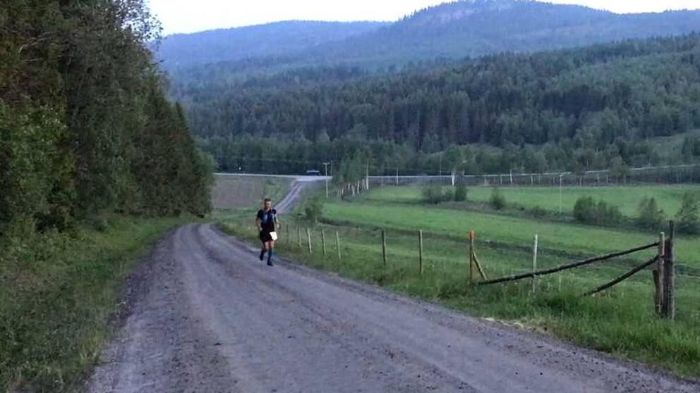 Redan vid midnatt efter några timmars löpande hade slutsegraren Jonas Buud från Mora skaffat sig ett betryggande försprång.