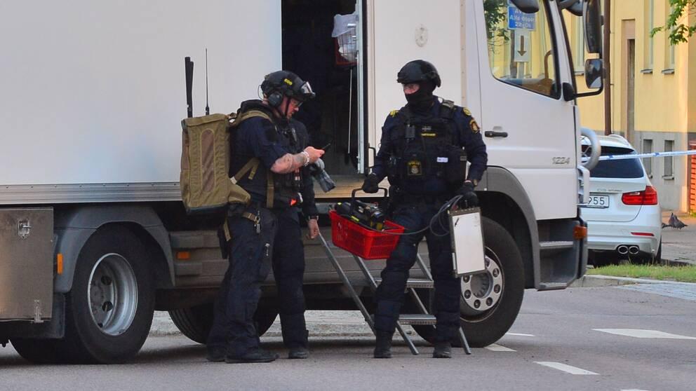 Polisens bombtekniker anländer till ett misstänkt föremål i Linköping.