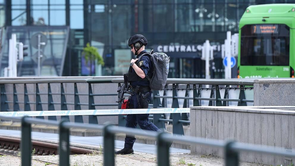 Polisen sköt en man vid Malmö centralstation sedan denne uppträtt hotfullt. Byggnaden fick i samband med ingripandet utrymmas på grund av larm om ett misstänkt föremål.