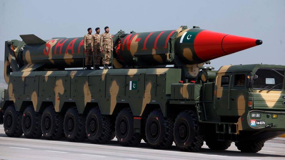 Pakistan visar upp sin senaste kärnvapenrobot Shaheen III. Stridsspetsen är mer än tre gånger så kraftig som Hiroshimabomben.