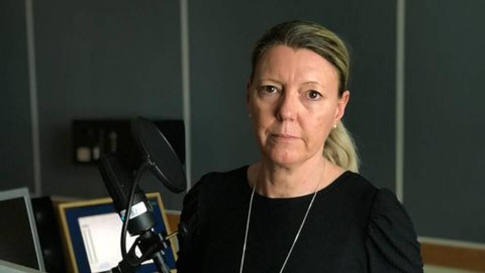 Pernilla Wadebäck i radiostudio