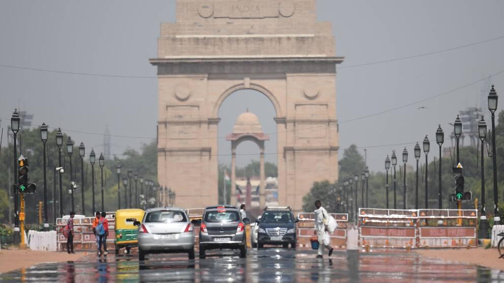 Hägringar på gatan Rajpath i Indiens huvudstad New Delhi när temperaturen stiger under måndagen den 10 juni.