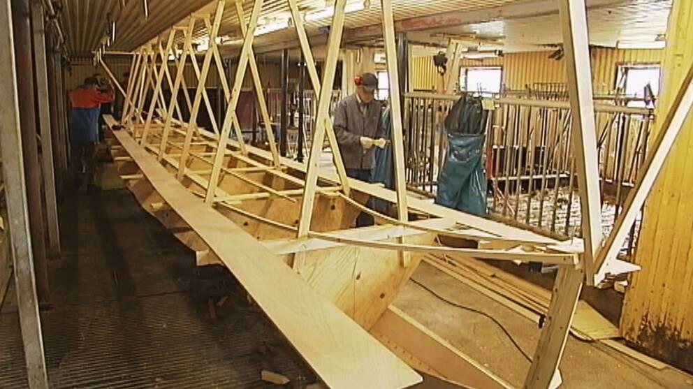 Kyrkbåten byggs i en nedlagd ladugård