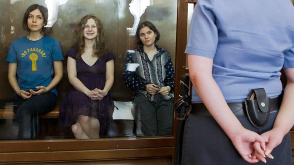 Maria Alyokhina, Yekaterina Samutsevich och Nadezhda Tolokonnikova från regimkritiska gruppen Pussy Riot i domstolen.