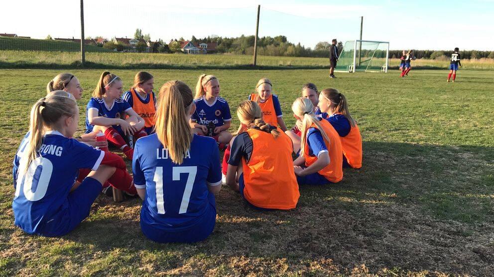 Ett av flicklagen i Barkarö SK har vattenpaus under fotbollsträningen