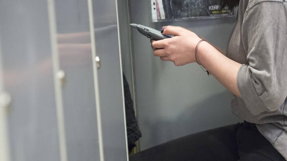En ung tjej med mobiltelefon.