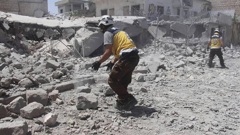 Civilförsvarsorganisationen Vita hjälmarna i Idlib letar efter skadade eller döda i rasmassorna efter ett luftangrepp i byn Ehsim. Arkivbild.