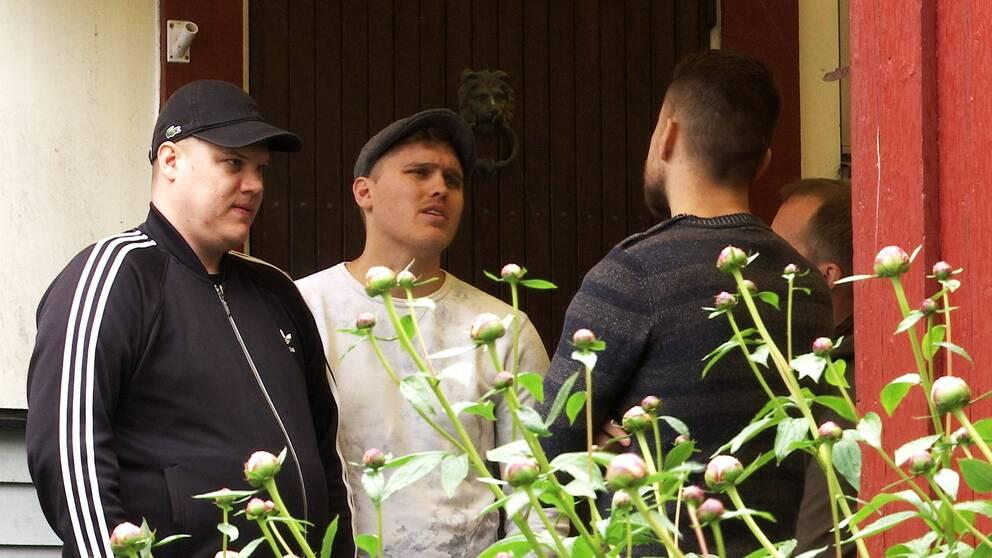 Mattias och Sebastian Ung pratar med brodern Alexander Ung om deras pappas dödsfall.