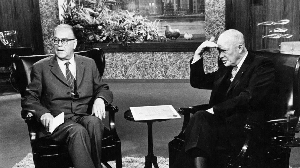 Tage Erlander (vänster) var Sveriges statsminister 1946 till 1969. Han var noga med att ha nära förbindelser med USA. Här möter han Dwight D. Eisenhower (höger) som besökte Stockholm 1964 efter att han slutat som president.