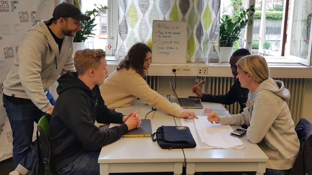 Samuel Holmqvist, Iva Pejinovic och Ken Porota Ndimurukundo planerar att liva upp göteborgarna med komplimanger som sommarjobb.