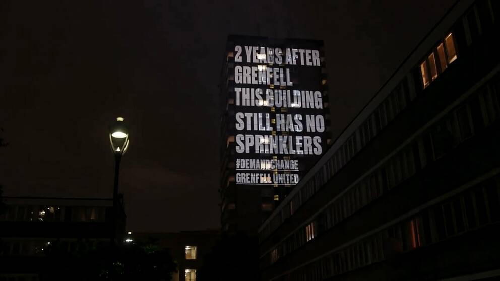 Grenfell United uppmärksammar höghus med bristfälligt brandskydd genom ljusprojektion.