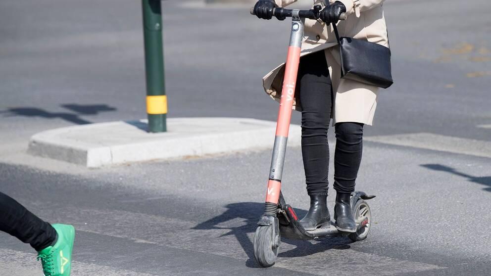 Kvinna åker på elsparkcykel.