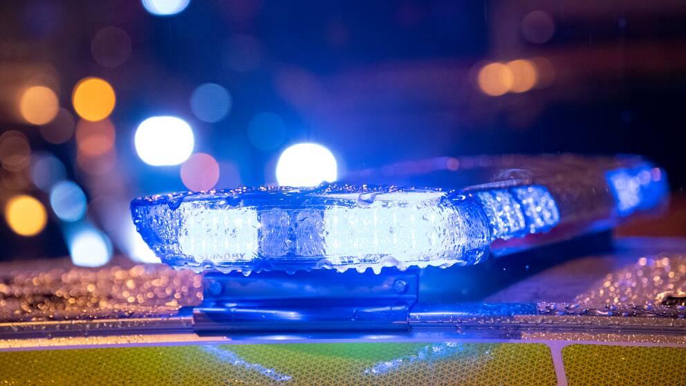 en polisbil med blåljus på