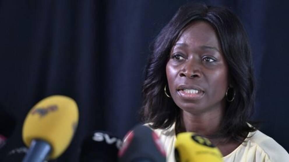 Nyamko Sabuni under en presskonferans.