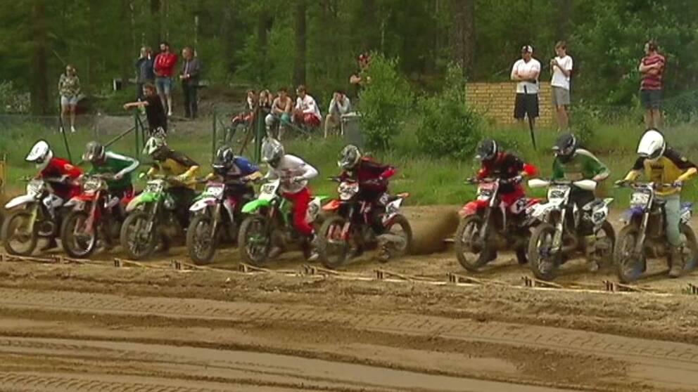 Motorcrosscyklar på rad i startgropen.