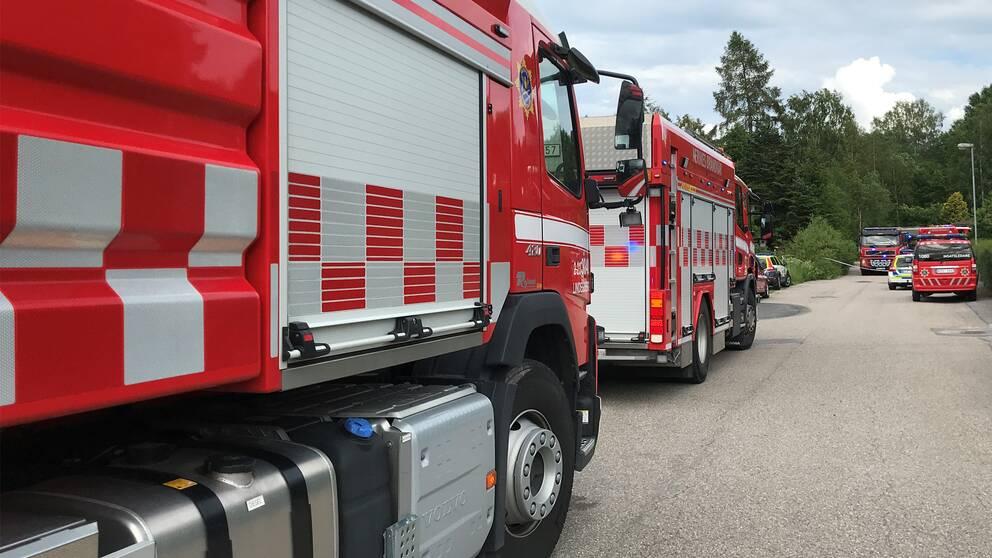 Bilar från räddningstjänsten står på en gata.