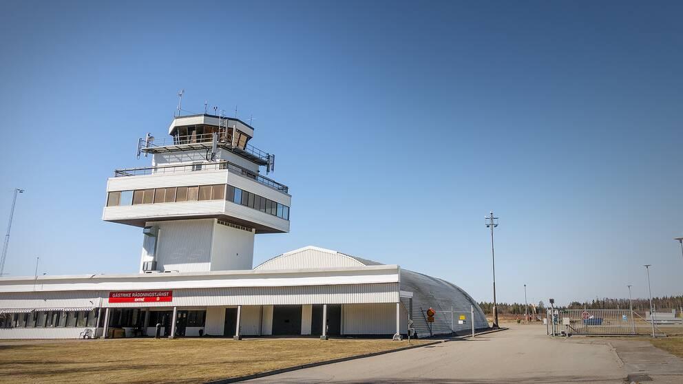 Flygledartorn och terminalbyggnad på Rörberg.