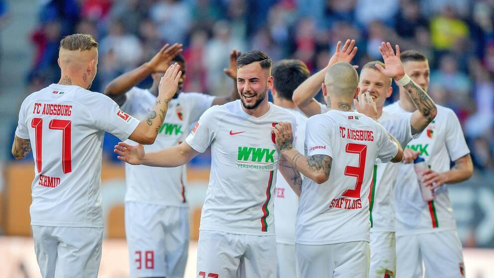 Tyska laget kramar om tvåmålsskytten Marco Richter (mitten)