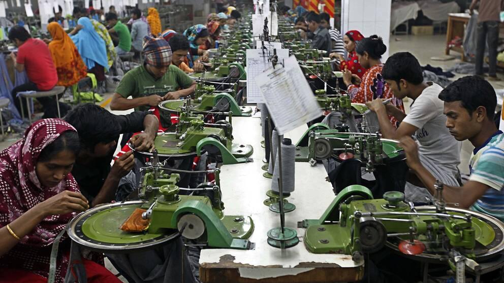 Klädindustriarbetare på en fabrik i Bangladesh.
