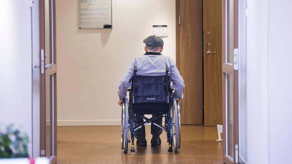 Äldre man i rullstol.