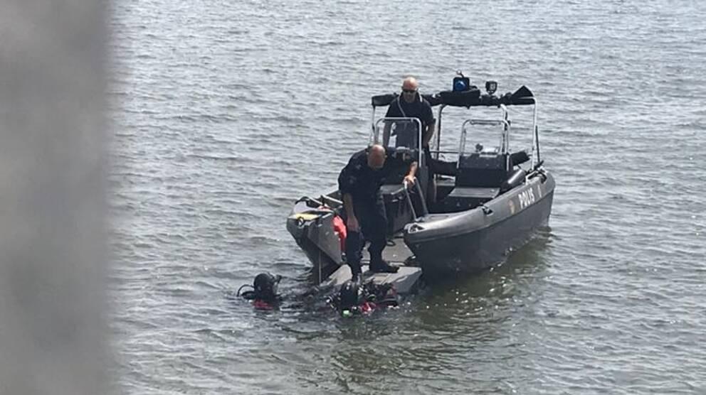 Sjöpolisens dykare på plats vid Tosteröbron.