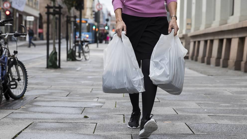Ta med plastpåse och kasse till affären