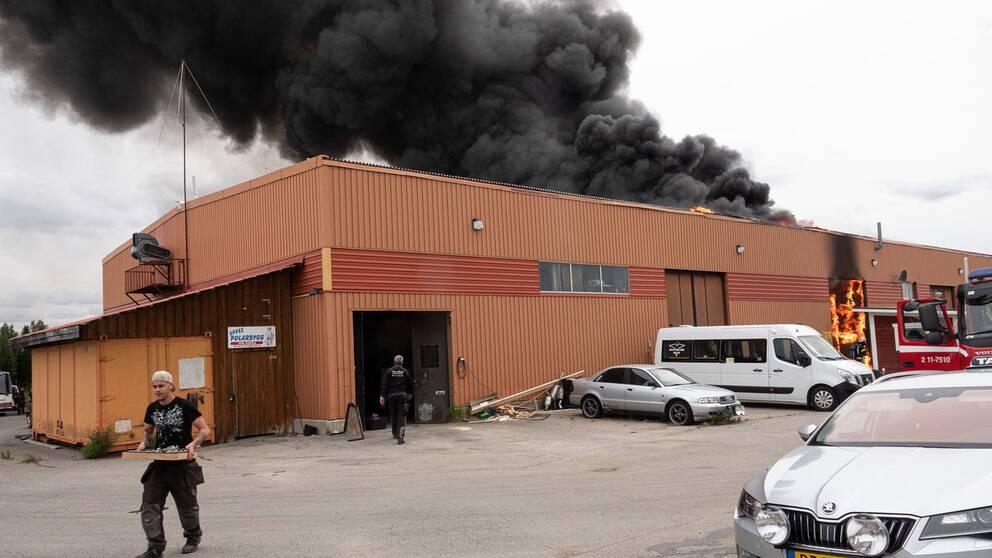 Räddningstjänsten jobbar med en kraftig brand och rök i industribyggnad i Arjeplog.