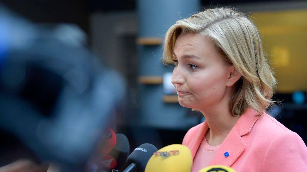 Kristdemokraternas partiledare Ebba Busch Thor (KD) kommererade Lars Adaktussons avgång under en pressträff på ett hotell i Arlanda stad.