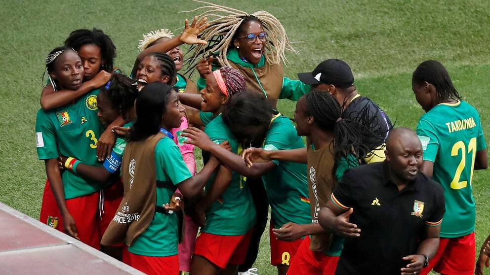 Vilt firande i Kamerun efter Ajara Nchouts segermål (2-1) i den 95:e minuten som tog landet vidare till åttondelsfinal i VM.