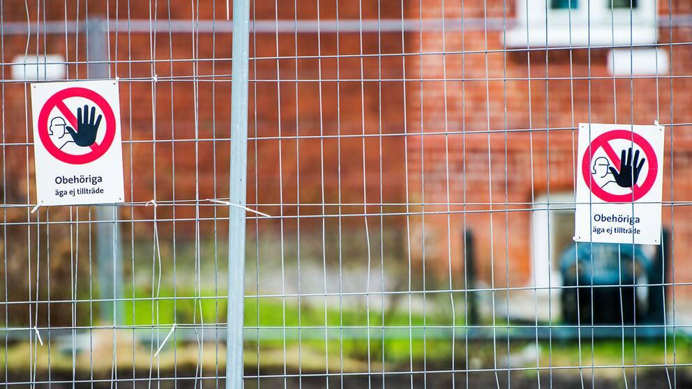 Obehörig-skyltar på stängsel vid ett bygge