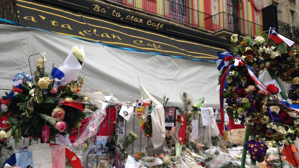 Gatan utanför Bataclan svämmades över av blommor, ljus och minnesord efter terrorattacken i november 2015.