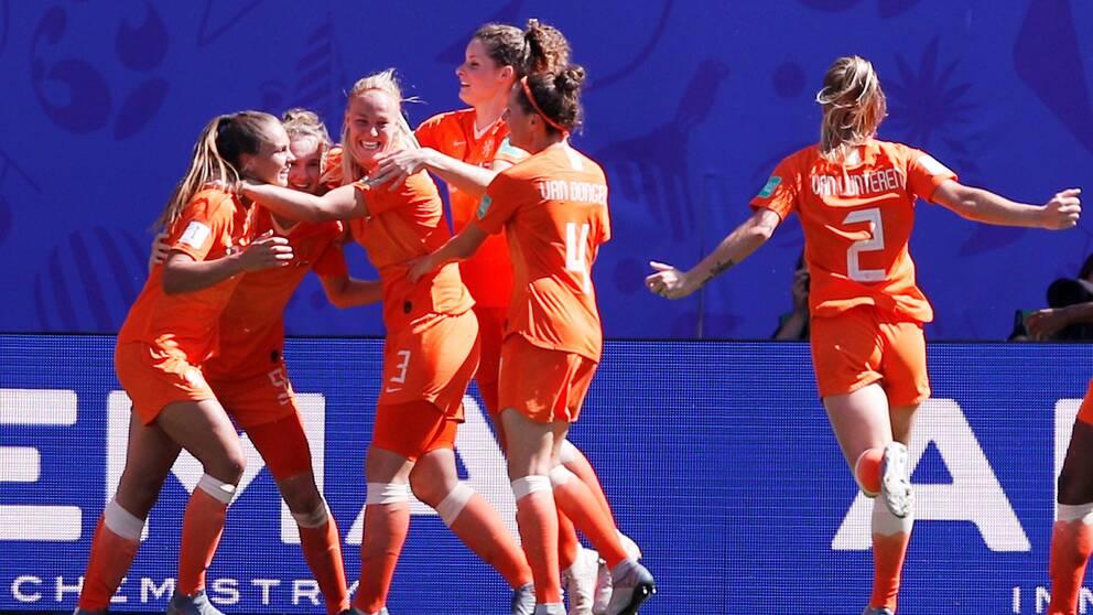 Nederländerna firar efter 1-0.