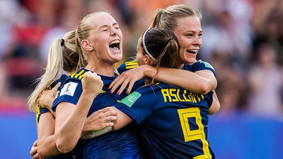 Sverige jublar efter Stina Blackstenius ledningsmål.