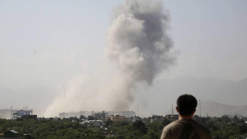 Tjockt rökmoln stiger över centrala Kabul efter den kraftiga explosionen under måndagsmorgonen.