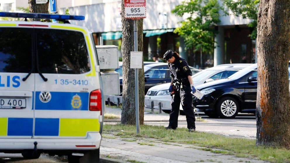 Polis på plats i Sollentuna efter helgens skjutningar.
