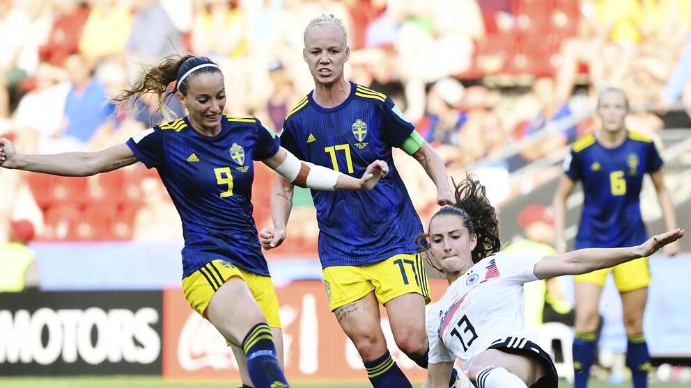 Kosovare Asllani (till vänster) är damlandslagets mest omskrivna spelare i år.