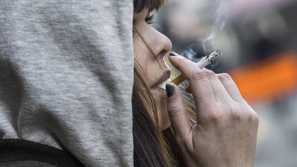 Kvinna som röker.