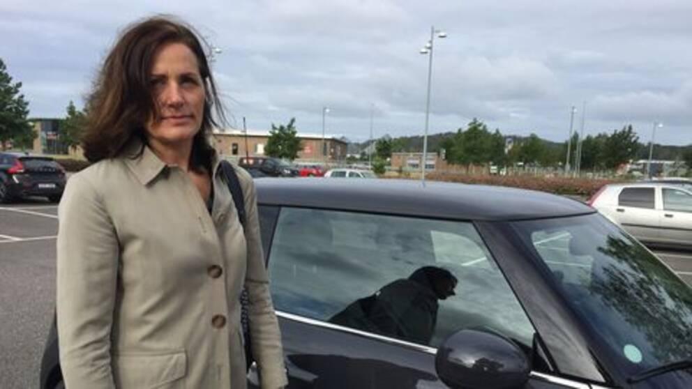 Ann Sandén upptäckt att det saknas bildelar efter att hon ställt sin bil på pendelparkeringen.