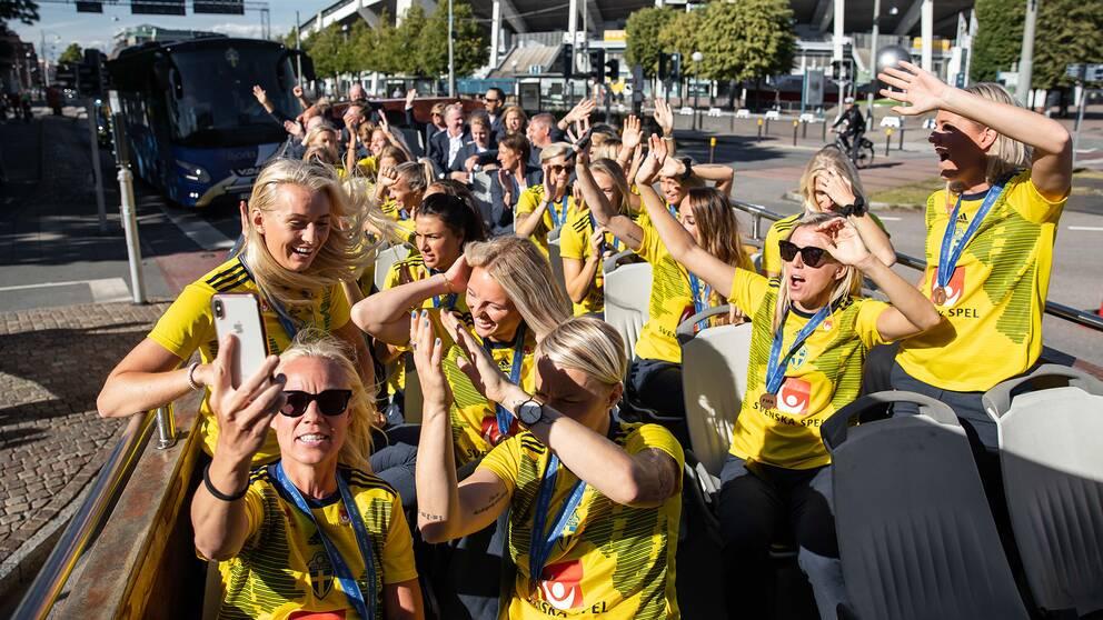 Svenska spelarna på väg till Götaplatsen.
