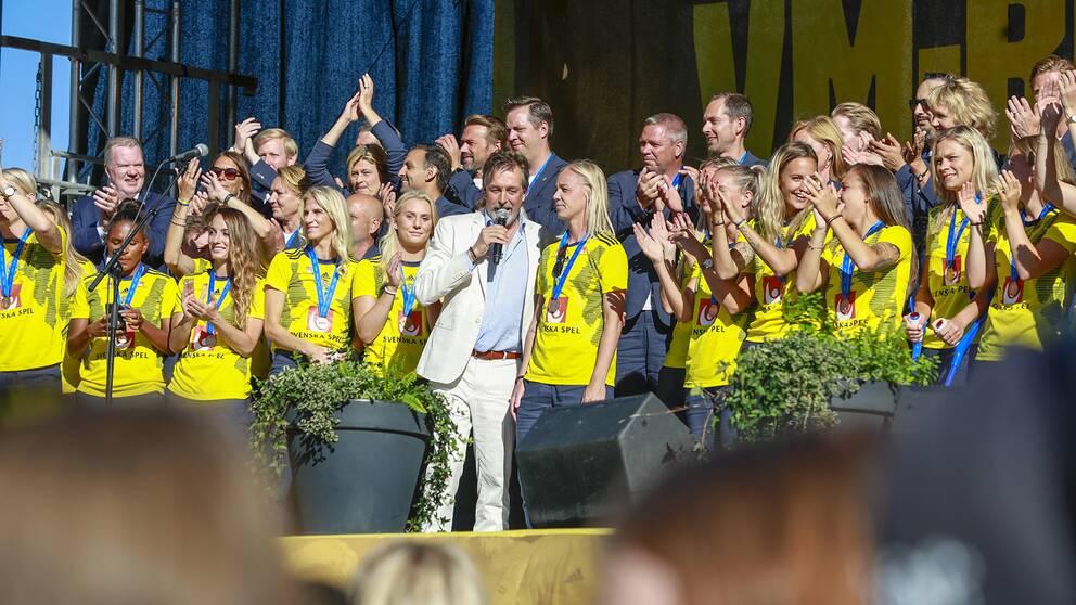 Svenskorna fick ta emot publikens jubel på scenen på Götaplatsen.