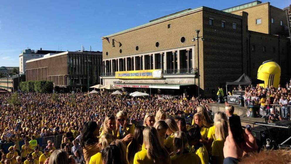 Spelarna framför publiken i ett soligt Göteborg.